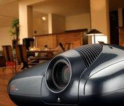 профессиональные проекторы в 3Д,  4К,  с высокой четкостью и яркостью